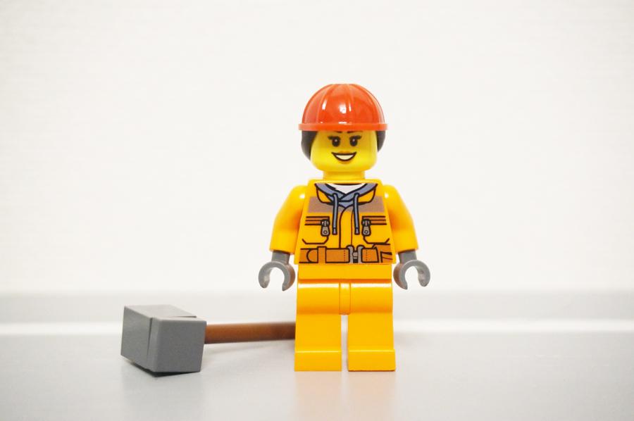 ミニフィグ解体工事現場の女性前