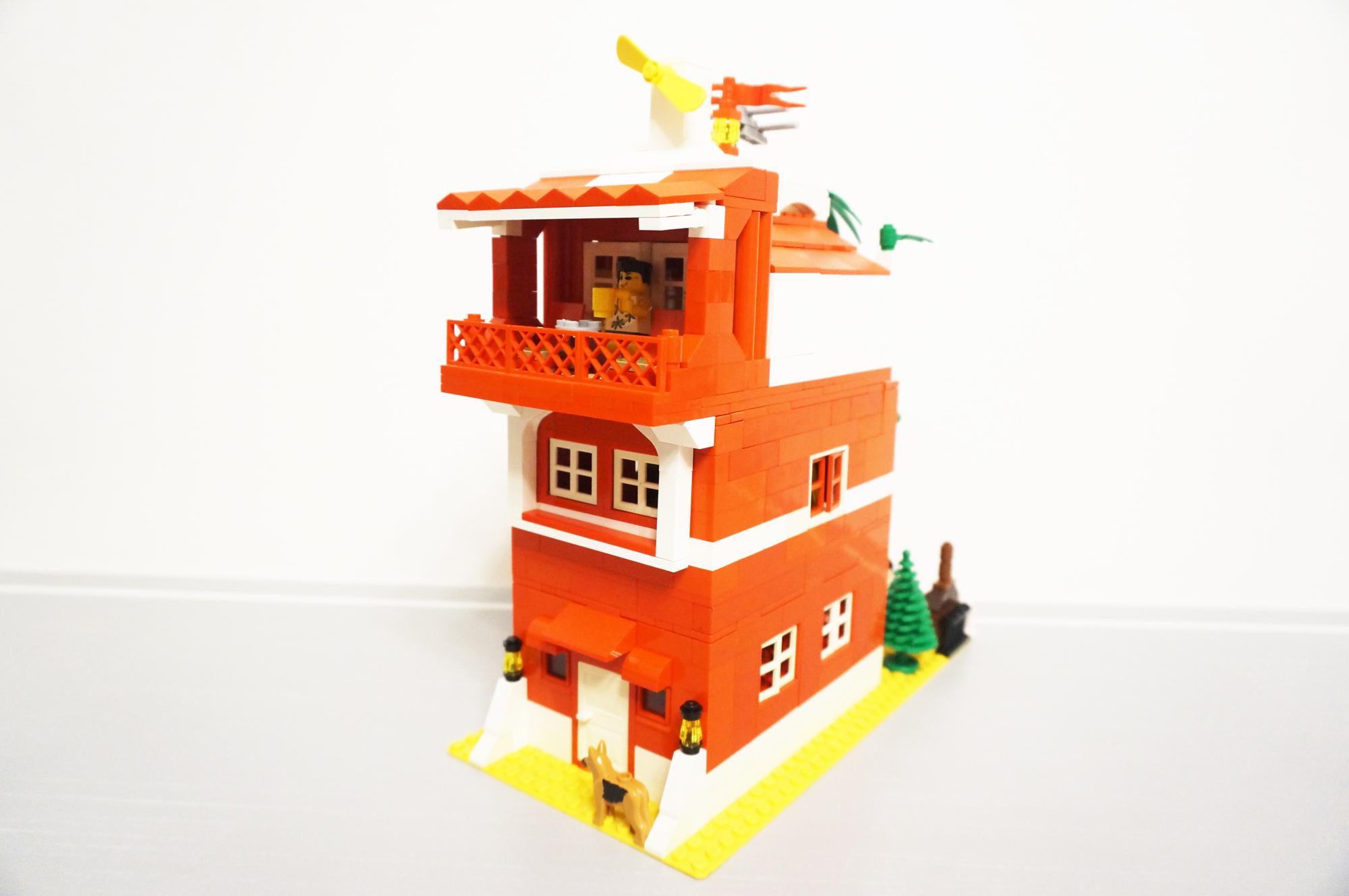 赤い家斜め正面