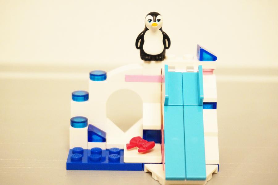 アイスマウンテンの上に座るペンギン