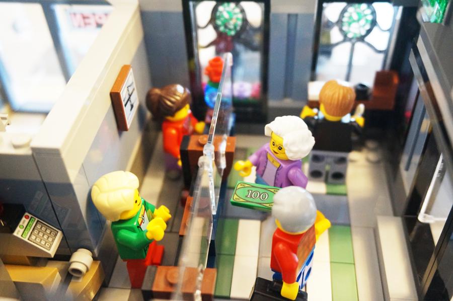 レゴ銀行に預金しにきた人たち