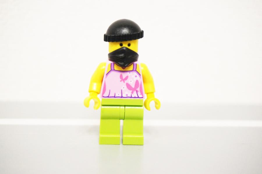 レゴ銀行の煙突に侵入する強盗