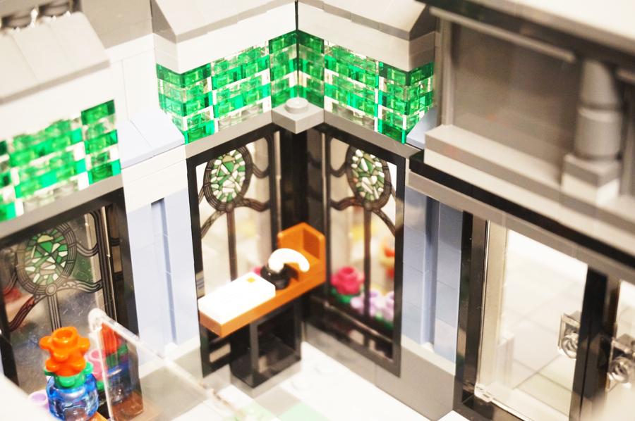 レゴ銀行窓際