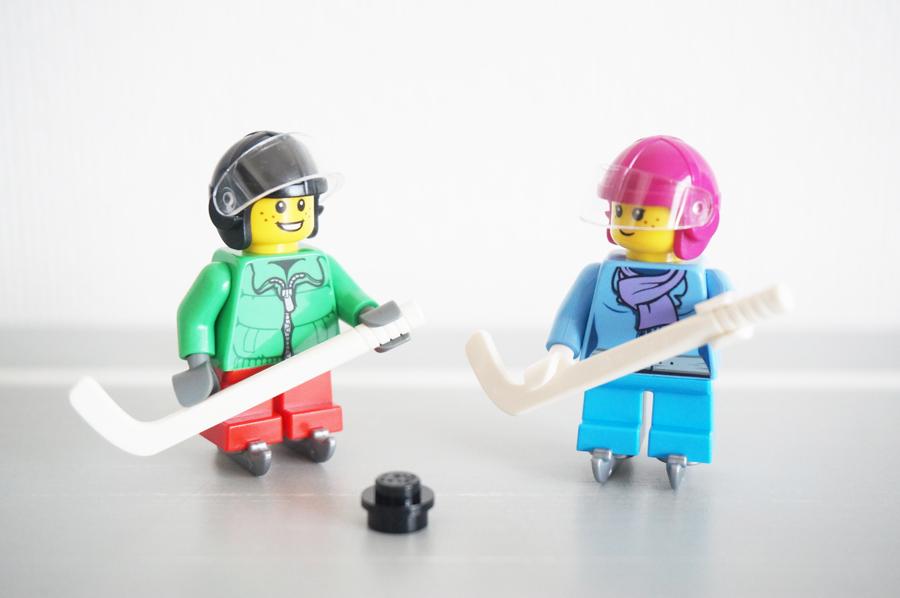 レゴアイスホッケーをする子供たち