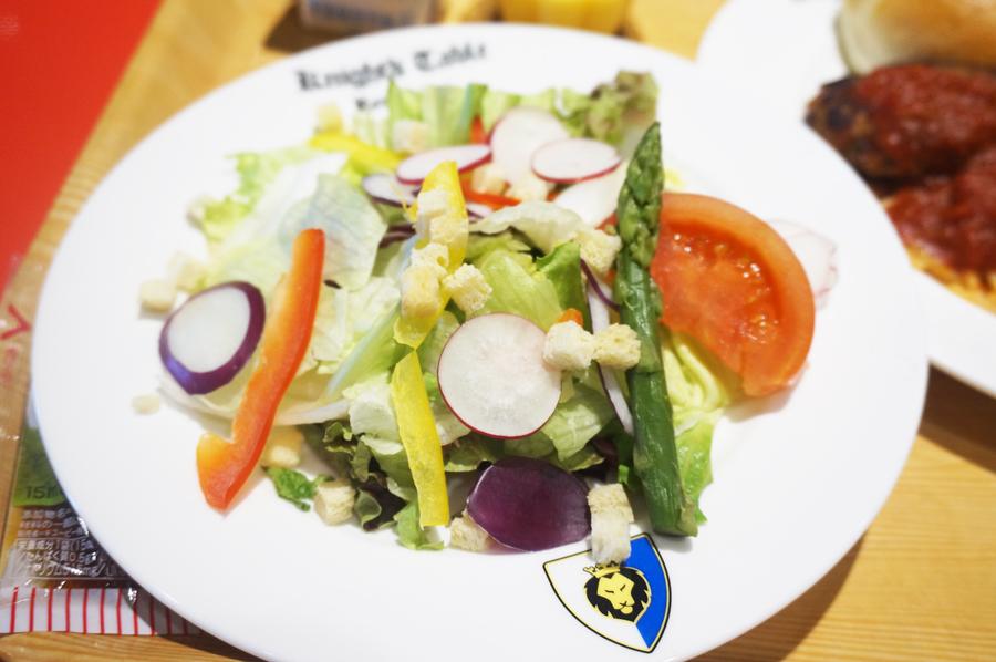 レゴランドの食事 ナイトテーブルレストランのサラダ