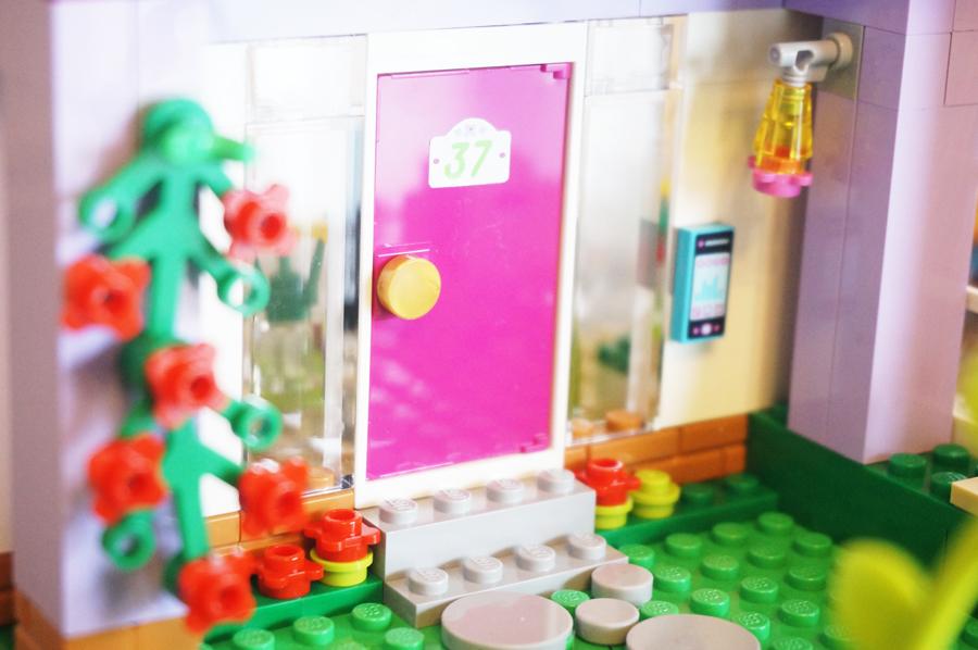 41095レゴフレンズエマのデザイナーズハウス玄関