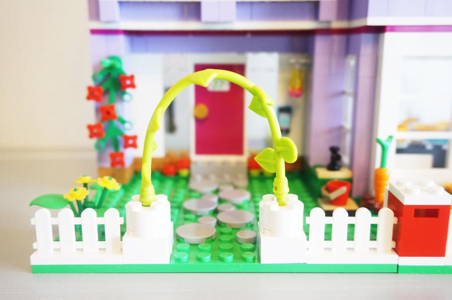 41095レゴフレンズエマのデザイナーズハウス庭と玄関