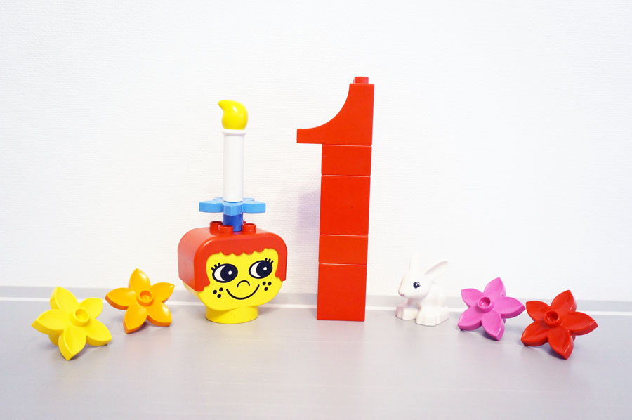 生後一か月の記念レゴ写真